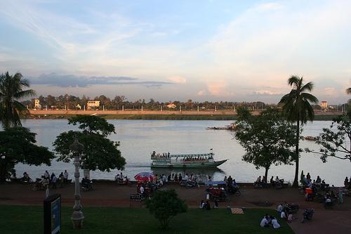 Phnom Penh riverside at dusk Photo: judithbluepool of Flickr