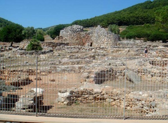 In the countryside south of Alghero you find may manifestations of the Nuraghi people, who lived on this island in the 10th-12th century BC.